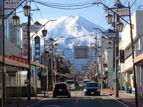 街中での富士山の写真撮影は安全に注意してください。Please refrain from standing in the middle of the road to take photographs of Mt. Fuji