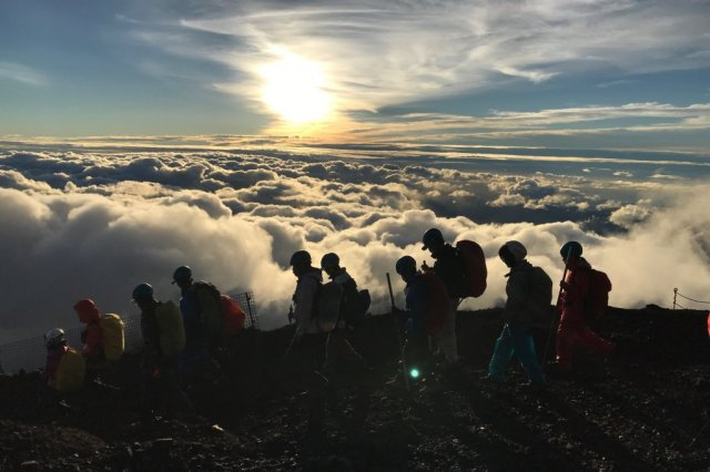 【DAY2】4:30 a.m. See the sunrise at the summit of Mt. Fuji